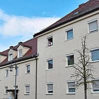 Zwölf städtische Wohnungen gibt es derzeit im Gebäude an der Reiterstraße. Die Stadt will untersuchen, ob sich die Wohnanlage auf dem Gartengrundstück erweitern lässt. − Fotos: Hahne