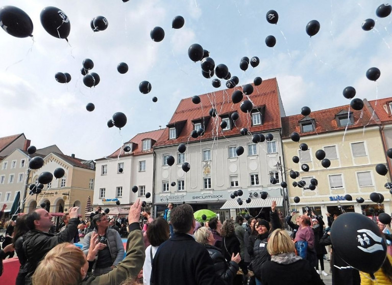 Mit schwarzen Luftballons ein Zeichen gesetzt